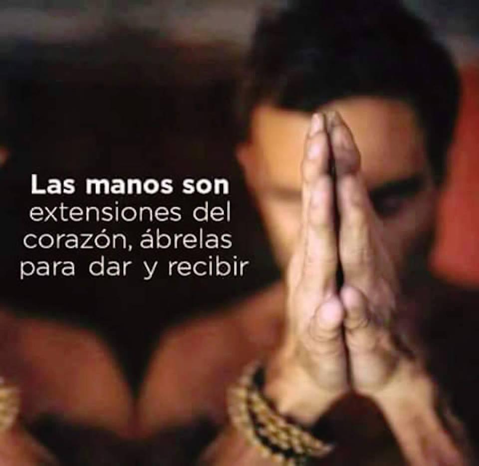 Las manos son extensiones del corazón, ábrelas para dar y recibir.